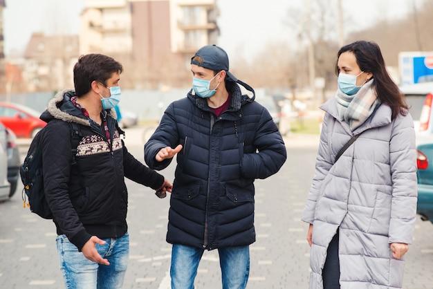 Personnes Dans Un Masque Médical à L'extérieur. épidémie De Coronavirus. Quarantaine Face Au Coronavirus. Amis Portant Un Masque Facial. Photo Premium