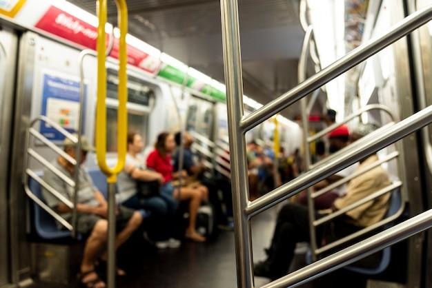 Personnes dans le métro fond flou Photo gratuit