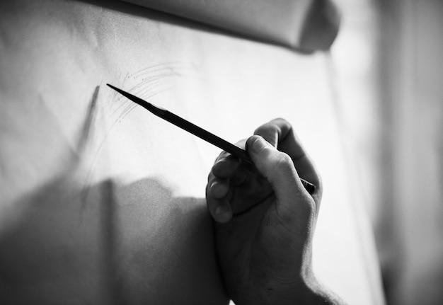 Personnes dessinant des portraits au crayon Photo gratuit