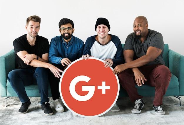 Personnes détenant une icône google plus Photo gratuit
