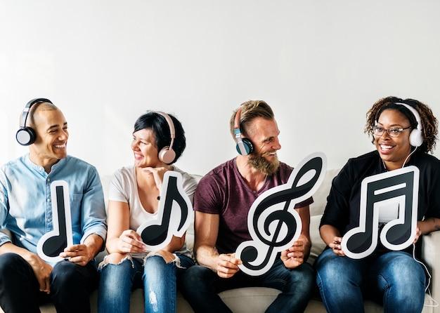 Personnes détenant des icônes musicales Photo gratuit