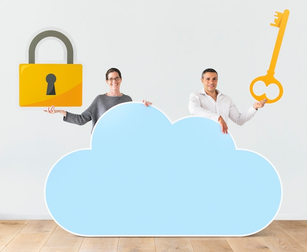 Personnes détenant des icônes de nuage et de sécurité Photo Premium