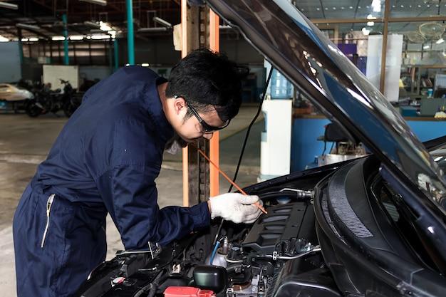 Personnes l'entretien régulier de la voiture rend l'utilisation de la voiture. sûr et confiant dans la conduite. Photo Premium