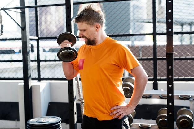 Personnes exerçant à la salle de fitness Photo gratuit