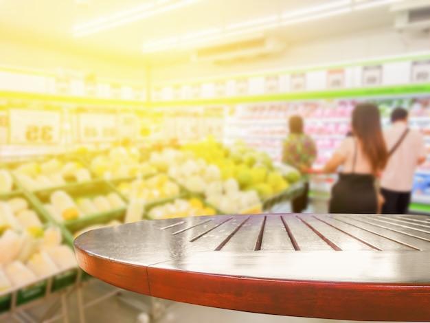 Personnes floues shopping avec table en bois Photo Premium