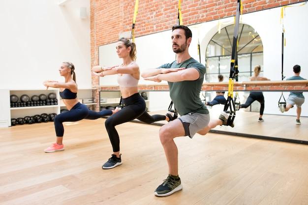 Personnes, formation, jambes, utilisation, trx, à, gymnase Photo Premium
