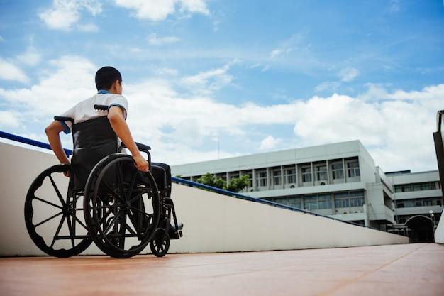 Les personnes handicapées peuvent accéder partout dans un lieu public avec un fauteuil roulant Photo Premium