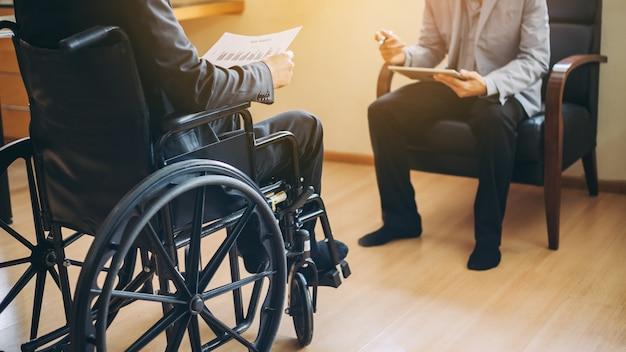 Les personnes handicapées retournent au travail après une formation en réadaptation. Photo Premium
