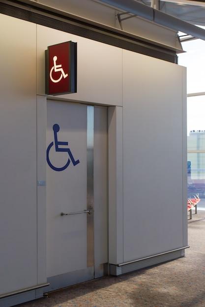 Les personnes handicapées signent aux toilettes de l'aéroport Photo Premium