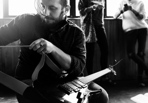 Personnes jouant de la bande de répétition de guitare Photo Premium