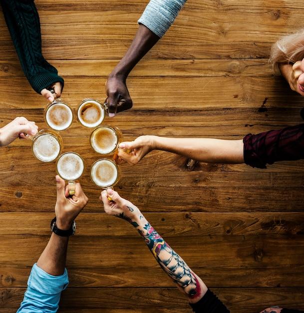 Personnes, mains, bière, alcool, boissons Photo Premium