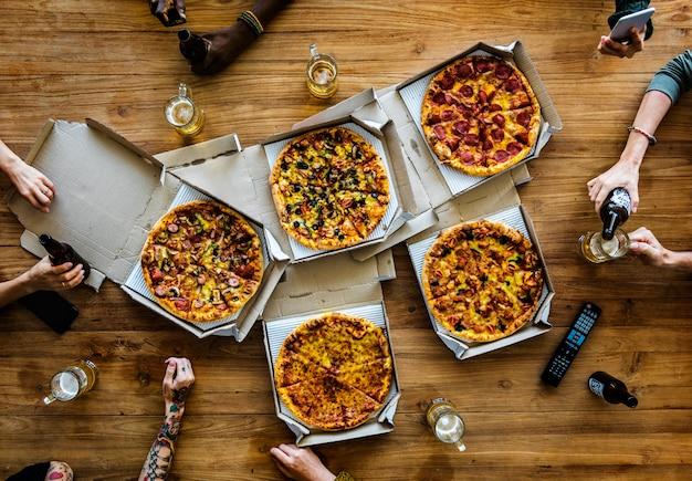 Personnes mains saisissant tranche de pizza Photo Premium