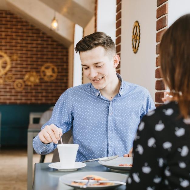Personnes mangeant dans un restaurant Photo gratuit
