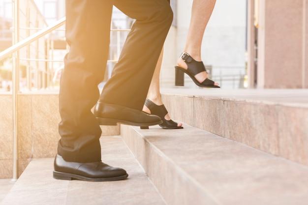 Personnes Marchant Dans Les Escaliers Vue Rapprochée Photo Premium