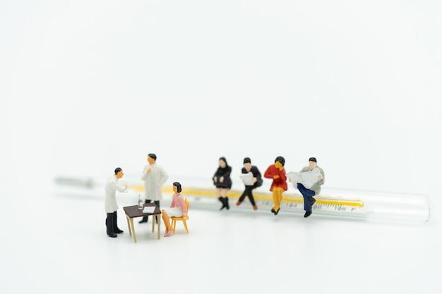 Personnes miniatures consulter un médecin pour demander des problèmes de santé Photo Premium