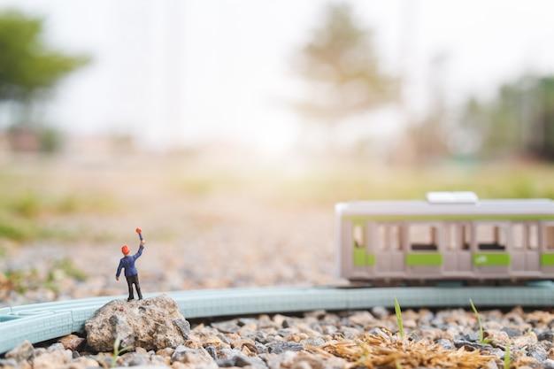 Personnes miniatures: le personnel des chemins de fer travaille à Photo Premium