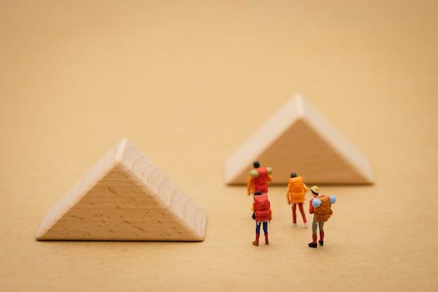 Les personnes miniatures se tiennent sur le passage est un bloc signifie le début du voyage Photo Premium