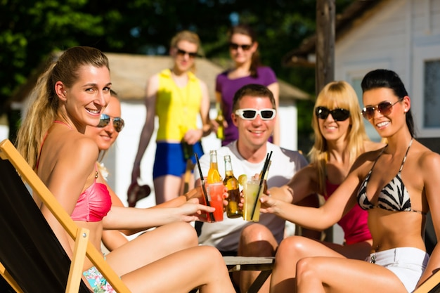 Personnes à la plage en train de boire une fête Photo Premium