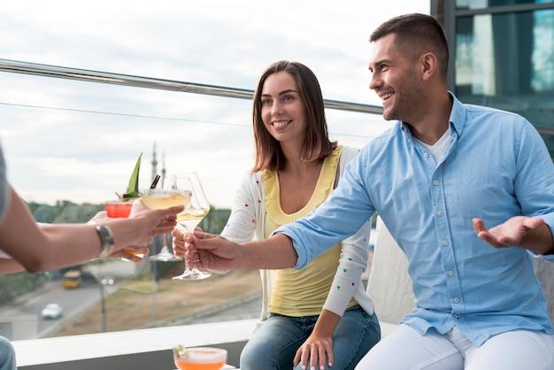 Personnes portant un toast lors d'une soirée Photo gratuit