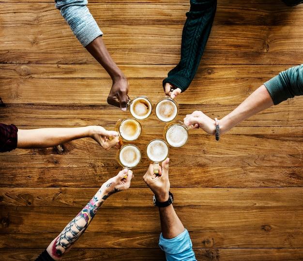 Personnes prenant un café ensemble Photo Premium