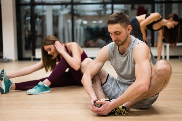 Personnes prenant une pause à la gym Photo gratuit