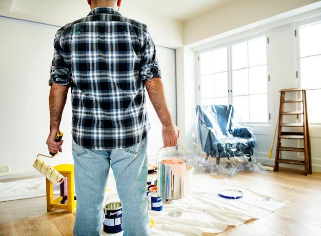 Personnes rénovant la maison Photo Premium