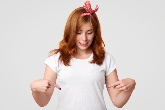 Personnes, Style, Publicité, Concept De Vêtements. Ravi De Beaux Points Féminins Au T-shirt Blanc Avec Espace De Copie Pour Votre Logo Ou Promotion, Se Réjouit Du Nouvel Achat, Isolé Sur Blanc Photo gratuit