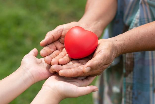 Personnes Tenant Un Coeur En Caoutchouc Photo gratuit