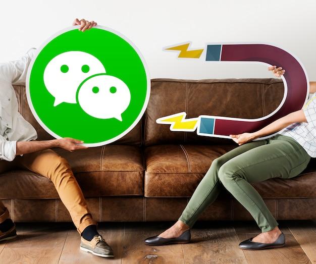 Personnes tenant une icône wechat Photo gratuit