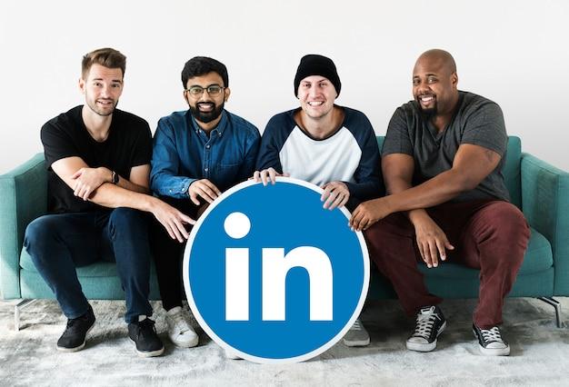 Personnes tenant un logo linkedin Photo gratuit
