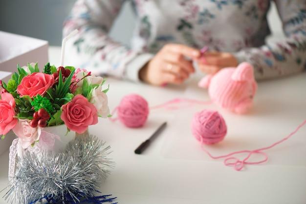 Personnes, travail, profession, passe-temps et concept de créativité. Photo Premium