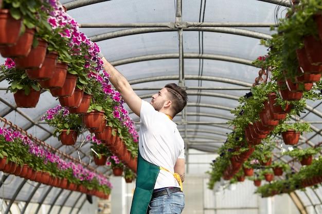 Personnes travaillant dans un magasin de jardinage Photo Premium