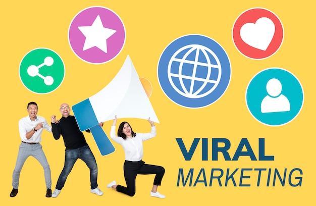 Personnes travaillant sur le marketing viral Photo gratuit