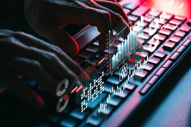 Les Personnes Utilisant Un Ordinateur à Clavier Pour La Recherche, Le Travail, Les Achats, L'apprentissage En Ligne Et La Connexion Sociale Photo Premium