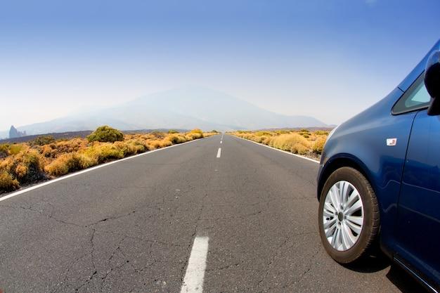 La perspective de la route automobile disparaît à l'infini à tenerife Photo Premium