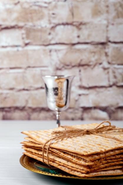 Pessah pâque symboles de la grande fête juive. matzo traditionnel, matza ou matzo Photo Premium