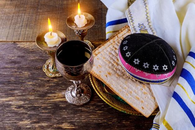 Pessah veille symboles de la grande fête juive. matzoh traditionnel Photo Premium