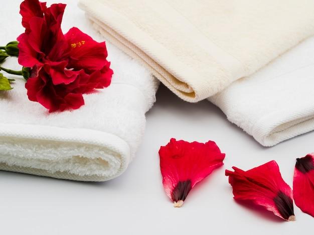 Pétales sur le côté à côté des serviettes Photo gratuit
