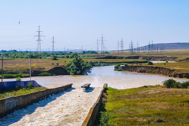 Petit barrage avec des rapides d'eau Photo Premium