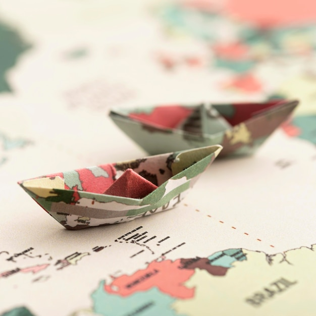 Petit Bateau En Origami Sur La Carte Du Monde Grand Angle Photo gratuit