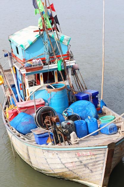 Un petit bateau de transport local en thaïlande Photo Premium