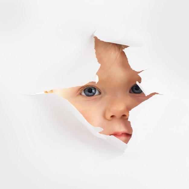 Petit bébé à la recherche d'un trou Photo Premium