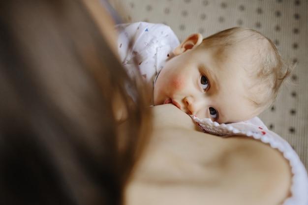 Petit bébé en train de sucer le lait de maman Photo gratuit