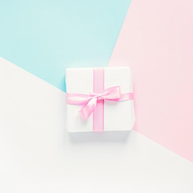 Petit cadeau sur fond coloré Photo gratuit