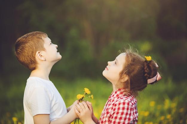 Petit cadeau garçon fleurs son ami fille Photo Premium