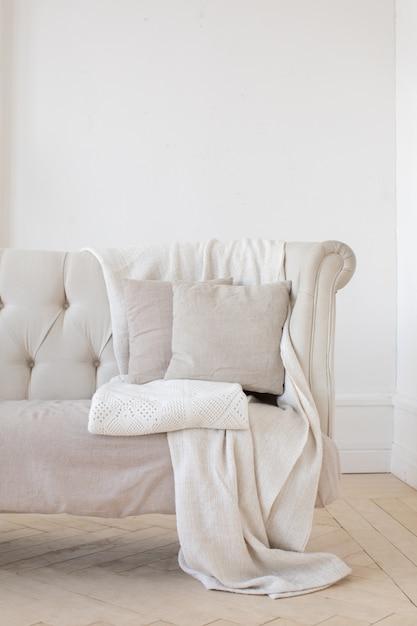 Petit canapé dans la chambre Photo Premium