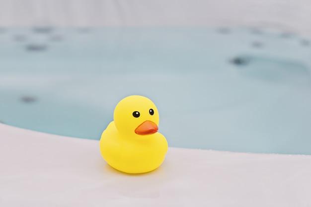 Petit canard en caoutchouc jaune dans la salle de bain Photo Premium