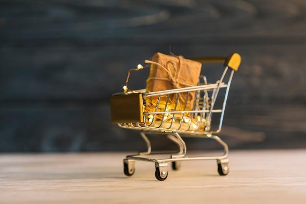Petit chariot d'épicerie avec boîte-cadeau Photo gratuit