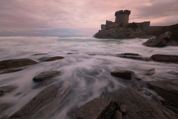 Petit château entouré par le brave océan atlantique à sokoa (socoa) dans la baie de donibane lohitzune (saint jean de luz) au pays basque. Photo Premium