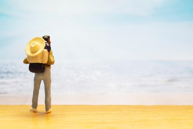 Petit chiffre de voyageur pour la journée mondiale du tourisme Photo gratuit